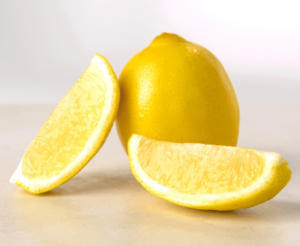 Рассасывайте дольки лимона от икоты